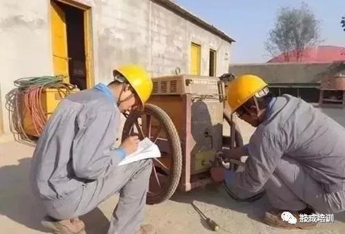闲时嫌电工费钱,忙时嫌电工不够用,电工和企业的这杆秤如何能端平?